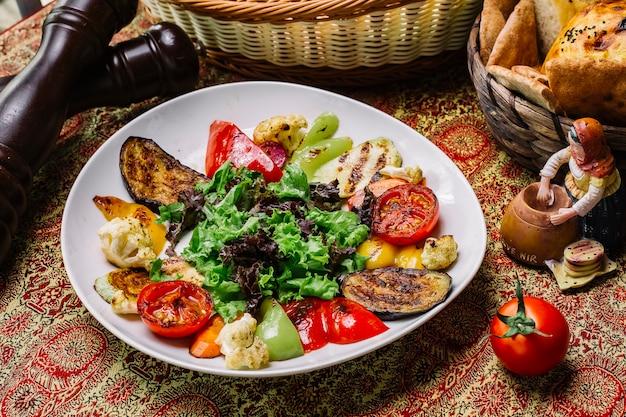 Vista dall'alto verdure grigliate con foglie di insalata