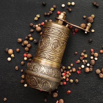 Top view grinder for cooking spices