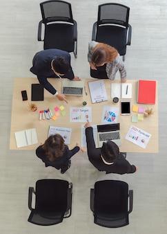 会議室で会うビジネスマンのトップビューグループ