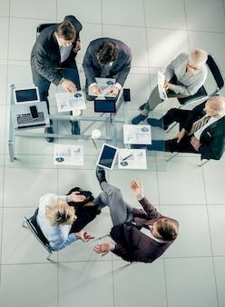 上面図。オフィスで働くビジネスマンのグループ