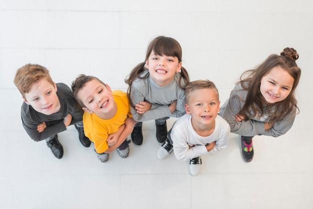 Вид сверху группа детей, позирующих вместе