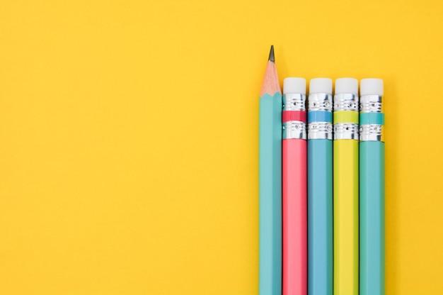 Группа деревянных пастельных цветных карандашей вид сверху