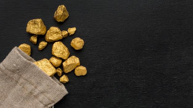 Vista dall'alto sacco di iuta con minerale d'oro