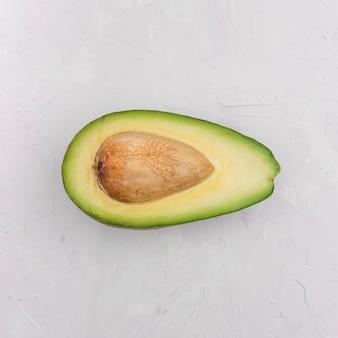 Вид сверху половина вкусного авокадо