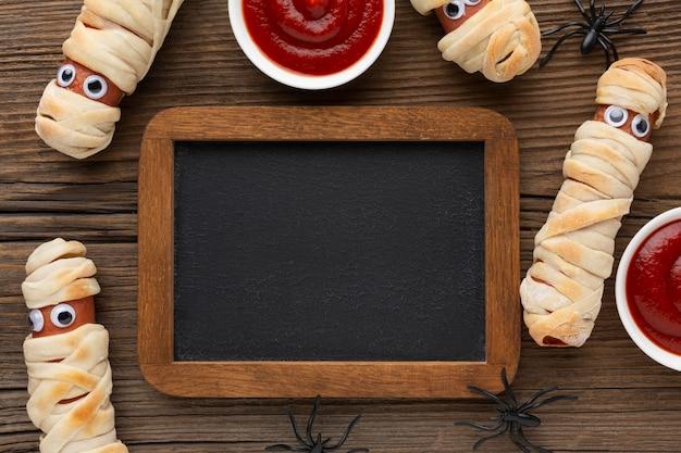 Vista dall'alto cibo di halloween con cornice e ketchup