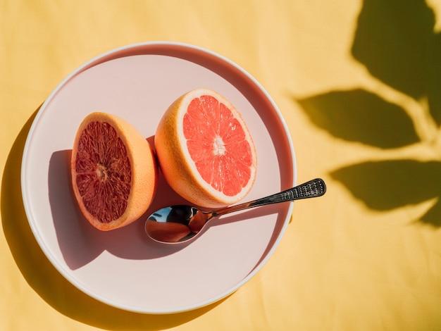 Вид сверху половинки грейпфрута в тарелке