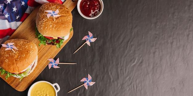 Vista dall'alto di hamburger composizione con spazio sulla destra