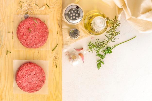 Вид сверху гамбургер с мясом и приправами
