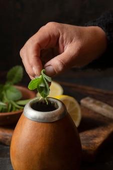 ミントの葉をマグカップに入れる上面図手