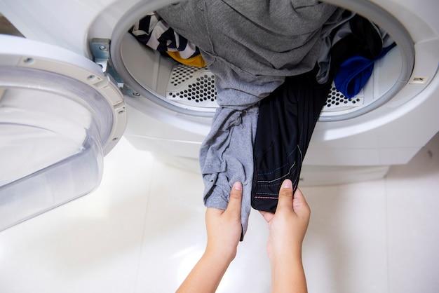 洗濯機からきれいな服を取り出している上面図の手