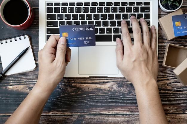 온라인 쇼핑을위한 신용 카드를 들고 상위 뷰 손