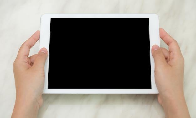Vista dall'alto di mani che mostra un tablet