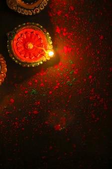 Вид сверху счастливого дивали зажженные свечи