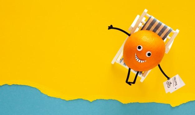 Вид сверху счастливый апельсин на шезлонге