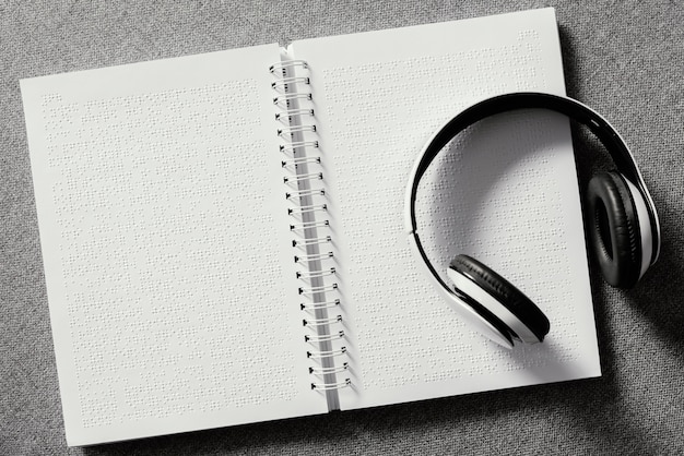 点字ノートブックのトップビューヘッドフォン