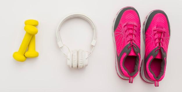 Vista dall'alto di cuffie con scarpe da ginnastica e pesi