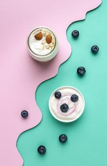 ヨーグルトのアレンジメントと健康的な朝食の食事