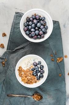 Vista dall'alto sana colazione con mirtilli