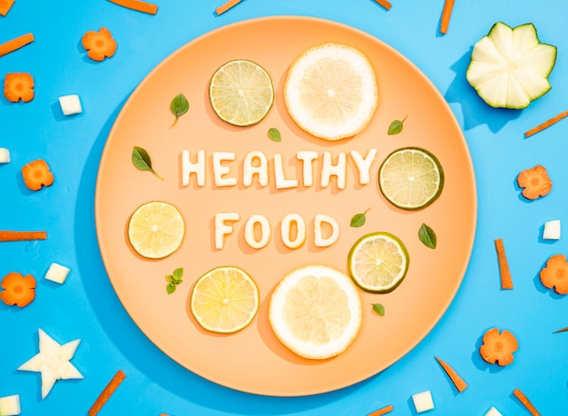 Вид сверху здоровой пищи с лимоном и лаймом