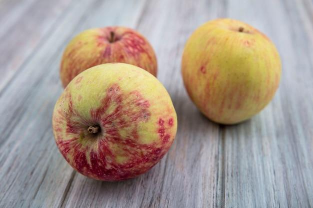 Vista dall'alto di sane mele fresche e succose isolate su uno sfondo grigio