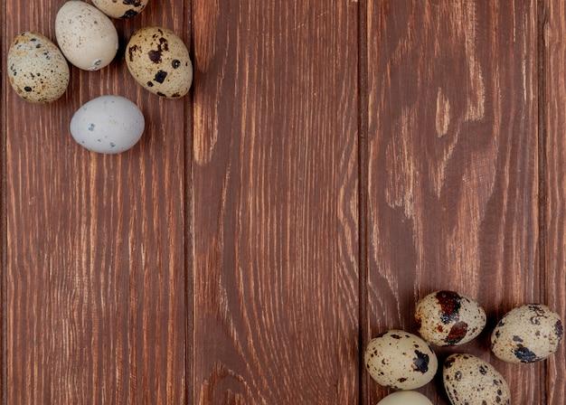 Vista superiore delle uova di quaglia fresche sane su un fondo di legno con lo spazio della copia