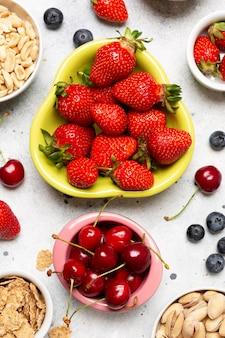 Вид сверху на здоровые фрукты