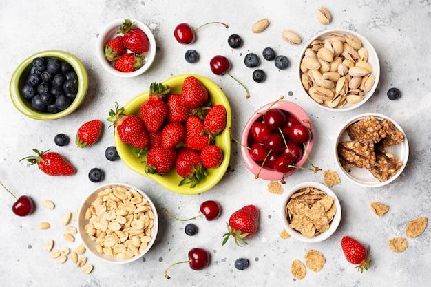 Вид сверху полезных фруктов в мисках