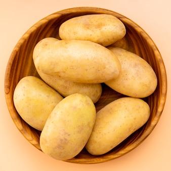 Вид сверху здорового картофеля в миске