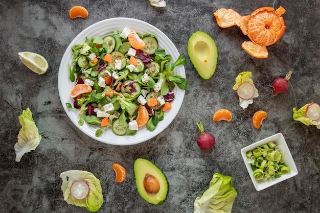 Вид сверху полезный салат с овощами и фруктами