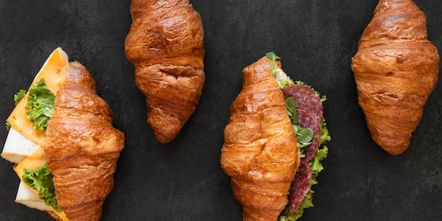 Вид сверху состав здоровых бутербродов на черном фоне