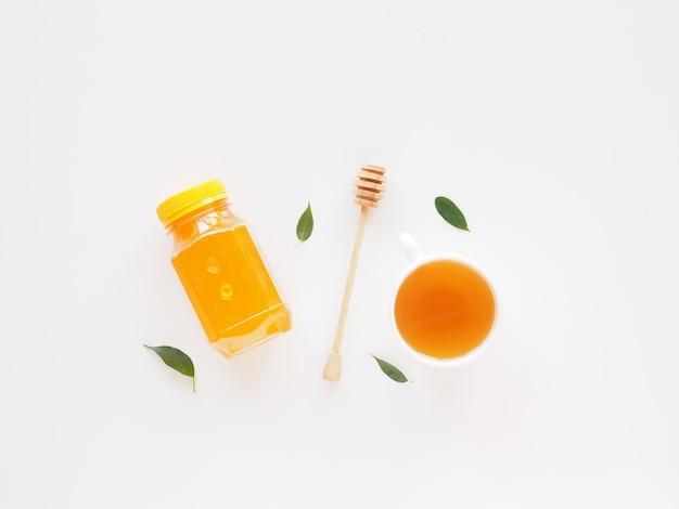 꿀 상위 뷰 건강 차 세트 국자와 잎 꿀 항아리