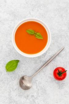 テーブルの上のトップビューヘルシートマトスープ