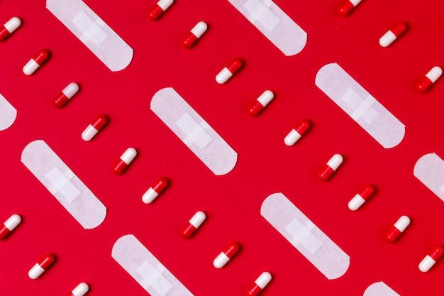 Concetto di giorno del cuore di vista superiore con le pillole