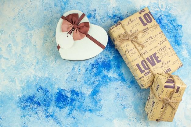 Вид сверху подарочная спираль в форме сердца коробка на синем фоне копией пространства