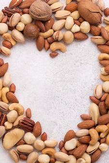 Вид сверху места для копирования в форме сердца и орехи