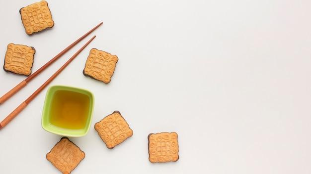 Вид сверху домашнее печенье и палочки для еды с копией пространства