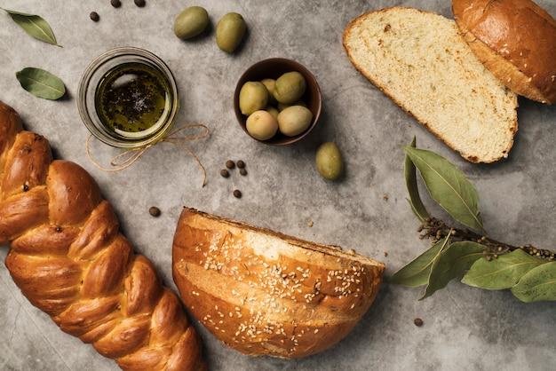 Vista dall'alto pane fatto in casa con olive