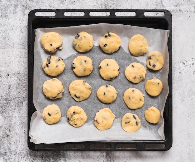 Вид сверху домашнее печенье на подносе