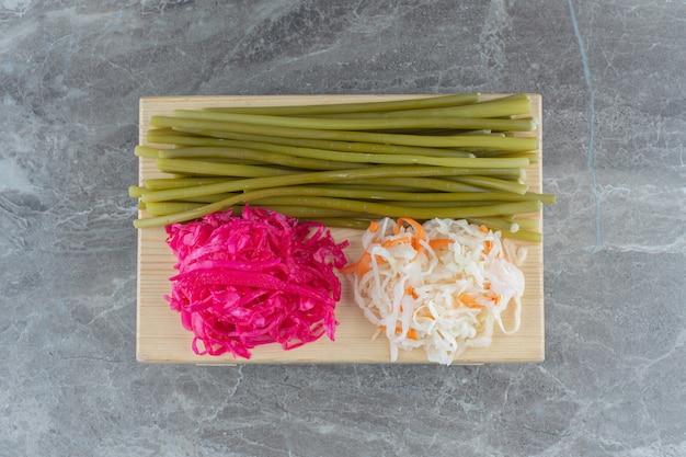 Vista dall'alto del cavolo fermentato fatto in casa. crauti bianchi e rosa