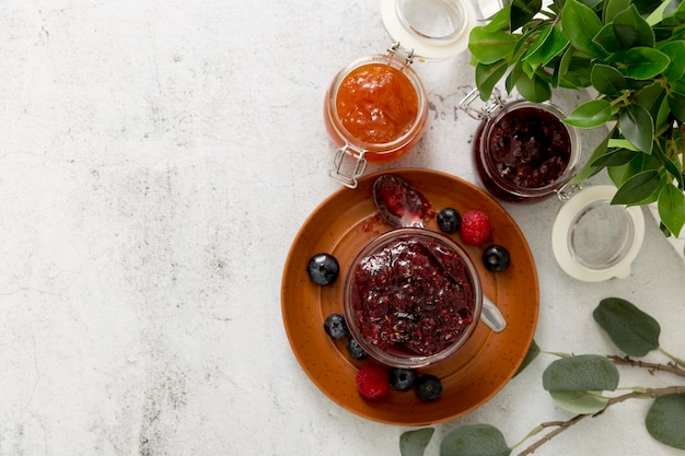 Вид сверху домашнее лесное фруктовое варенье