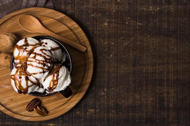 Vista dall'alto di gelato artigianale sul tavolo