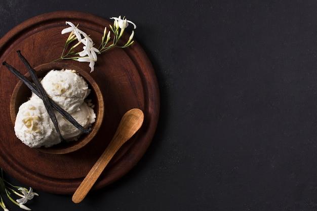 테이블에 상위 뷰 수제 아이스크림 국자