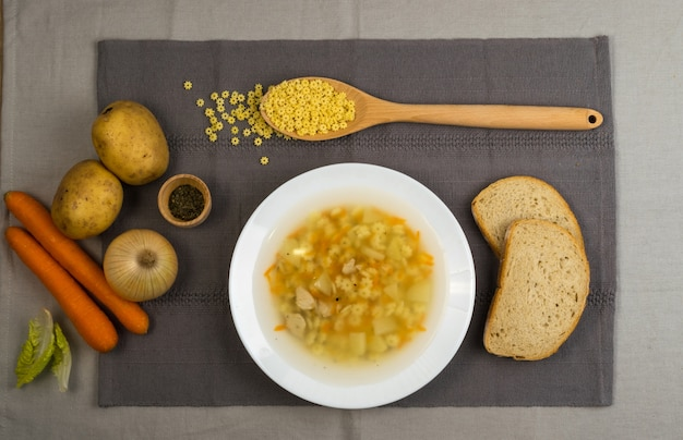 상위 뷰 수제 국수 수프와 닭고기