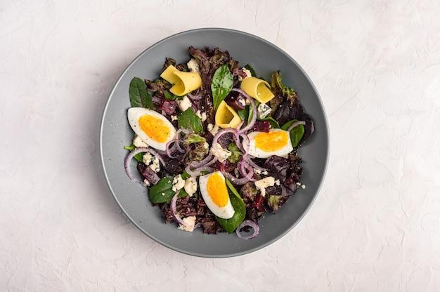 鶏卵、ゆでビーツ、チーズ、ルッコラ、バジルとオリーブオイルの自家製サラダ