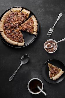 Vista dall'alto gustosa torta di noci pecan fatta in casa sul tavolo