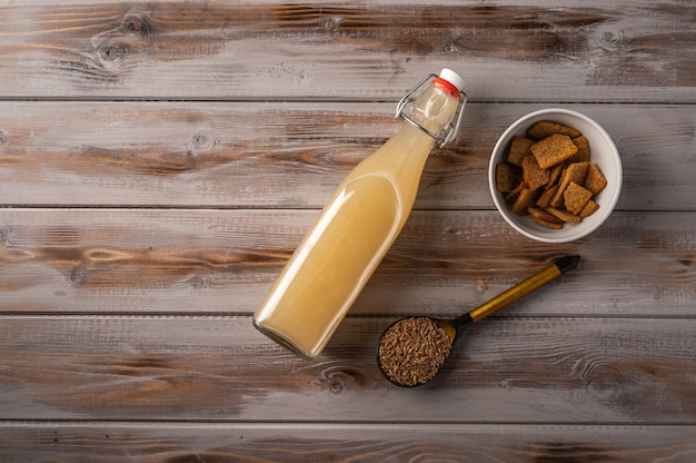 トップビュー自家製トラディショナルロシアンライ麦クワス瓶と木製のクラッカー