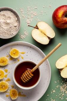Вид сверху мед и яблоки