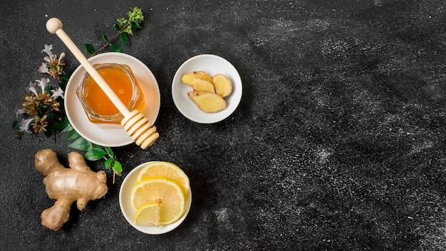 생강과 레몬 상위 뷰 꿀 항아리