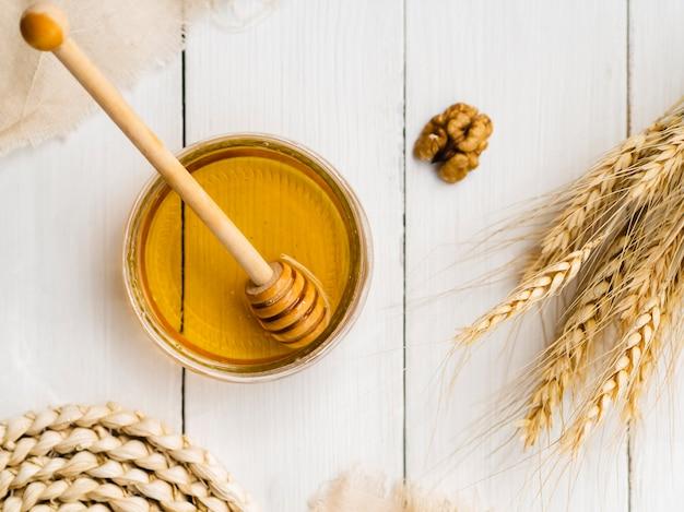 小麦の横にあるトップビュー蜂蜜