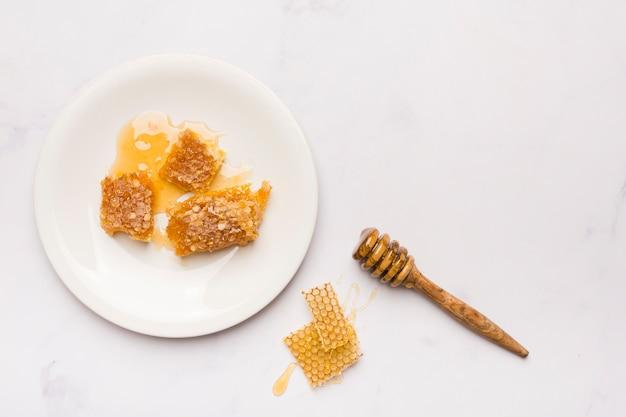 Вид сверху медовая ложка с сотами